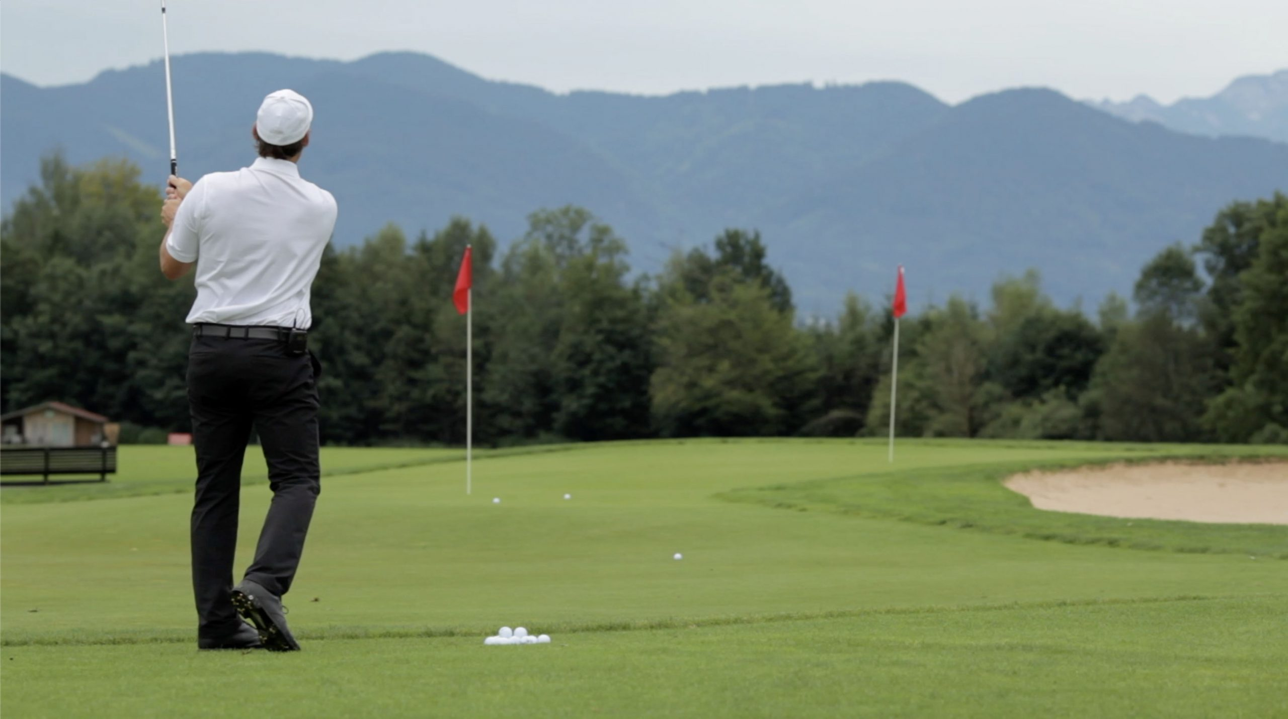 Golf - Übungsgrün mit Fahnen - Christian Neumaier im Golfclub Beuerberg